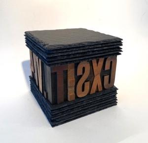Skifer og typografiske bogstaver. Str. 15 x 15 cm
